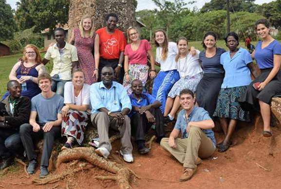 Group photo 的 UW-madison Biochemistry students in Uganda